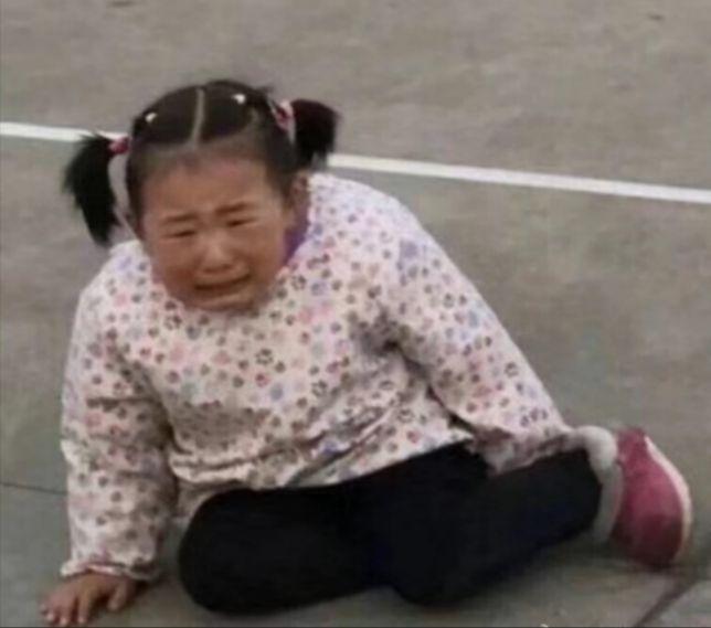 委屈,小女孩坐在地上委屈哭(原图)